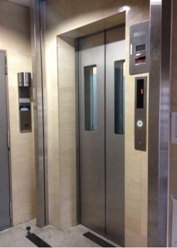 <br />エレベーター前。