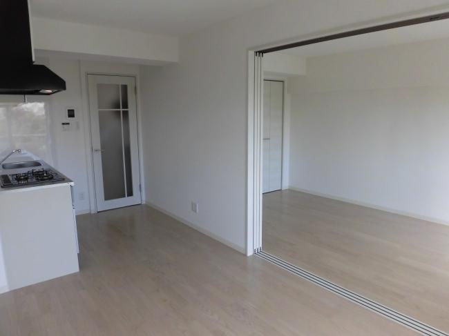 【居室・リビング】<br />白を基調とし、仕切り戸にアクセントがあるのですっきり見えます!