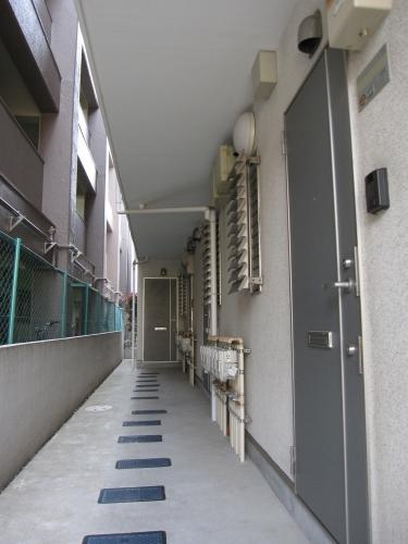 【建物外観】<br />1階通路