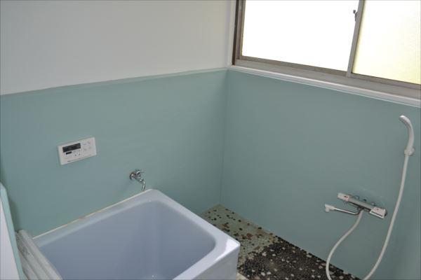 【バス】<br />風呂釜を新設し、シングルレバー水栓に変え、シャワーも付け替えました。さわやかな色にペンキも塗っています